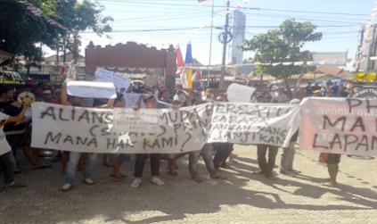 Puluhan Masyarakat Pringgabaya Gedor Kantor Desa